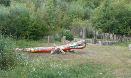 Uma antiga fundição, monstros de madeira e carris na floresta
